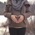 Geburtsbericht Muttergefühle - Frau zeigt mit der Hand ein Herz