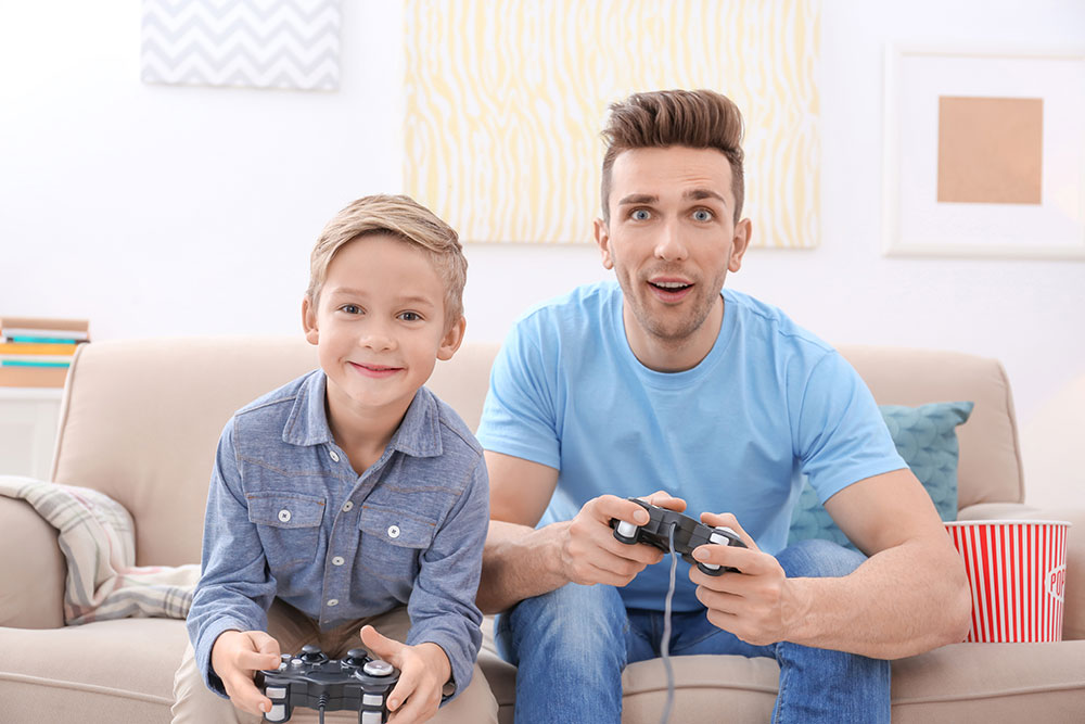 Im Gespräch kann man als Eltern einen gravierenden Fehler machen, der das Verhältnis zu seinem Kind oder Teenager nachhaltig zerstören kann. Lies hier!